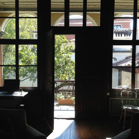 Hostel Old Plovdiv: Door to the lightful garden