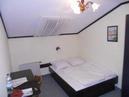 Hotel Garni Schlossblick : chambre mansardée minuscule, hgabituellement pour une personne