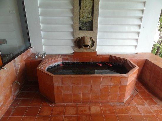 Mom Tri's Villa Royale: Beach Wing Suite outdoor bath