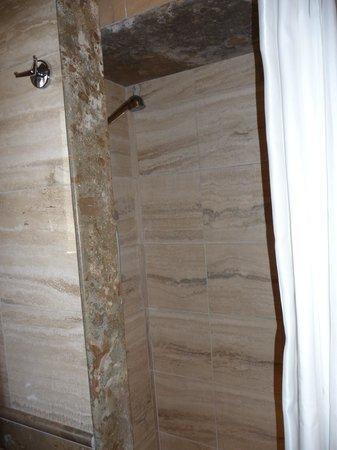 Hotel Diplomatic: Lovely marble bathroom