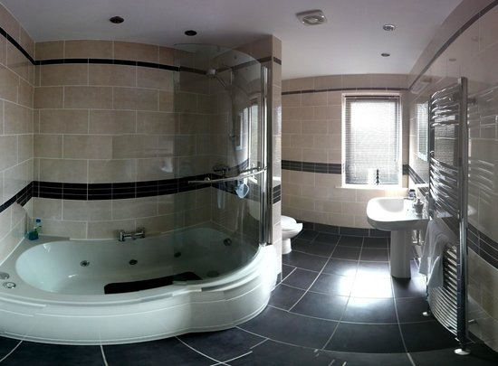 Sherwood Forest Lodge: Bathroom (wide-angle) from door