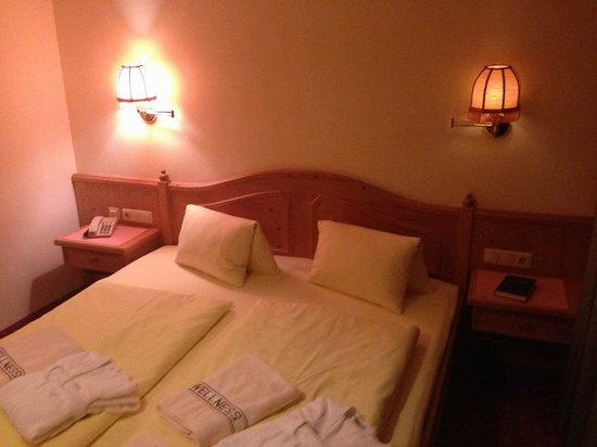 Naturhotel Taleu: Schlafbereich mit viel Holz.