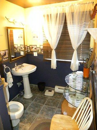 Repos & Manna B & B : La salle de bains commune aux 3 chambres de l'étage
