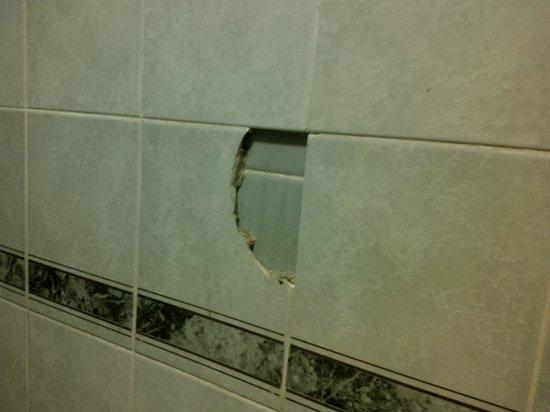 Britannia Hotel - Aberdeen: Bathroom wall tile smashed.