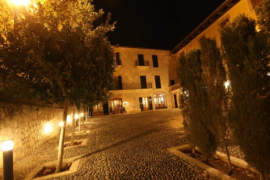 Cas Comte Petit Hotel & Spa: Entrance by night