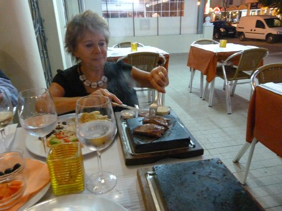 Restaurante O Leao: Steak on a stone