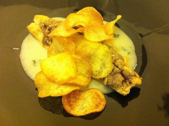 Trattoria La Pepola Di Abarabini Claudia: Filetto di orata con impanatura di olive nere e chips su crema di patate