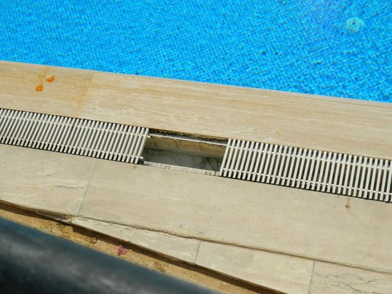 Golden Age Crystal Bodrum: Missing grate around pool
