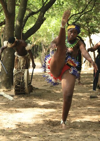 Gooderson DumaZulu Lodge and Traditional Zulu Village: athletic lady!