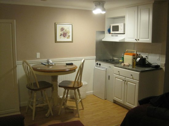 SeaCoast Inn : Well Appointed Kitchenette Area