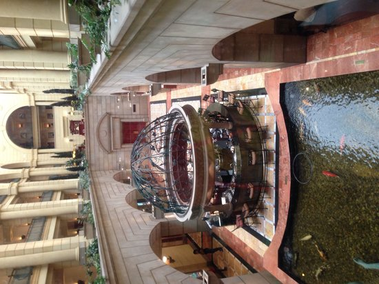 Michelangelo Hotel : Fish pond in lobby