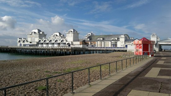 Best Western Royal Beach Hotel: Walk along the prom to Portsmouth