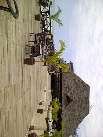 Amaan Bungalows: Deck between Sunset Grill and Bar, Restaurant and Pool