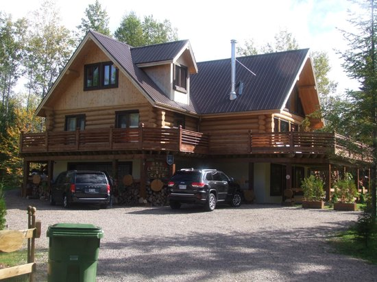 Le Domaine du Lac Saint Charles: Nice log house