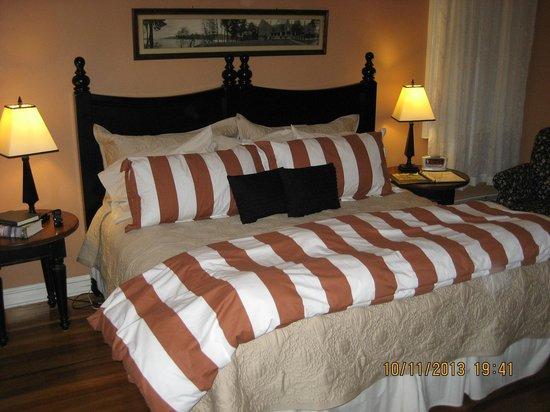 Landmark Inn: King Bed