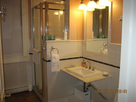 Landmark Inn: Bathroom