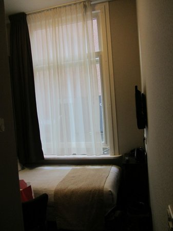 Hotel Van Gogh: Tiny bed