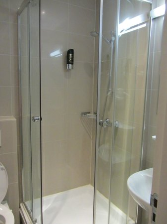 Hotel Van Gogh: Modern bathroom