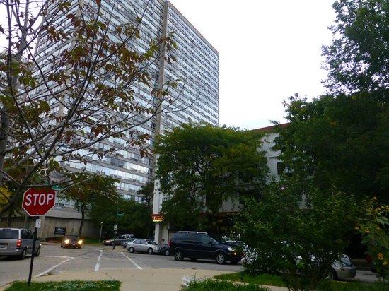 Chicago Lake Shore Hotel: Umgebung des Hotels (der flache Bau rechts ist das Hotel)