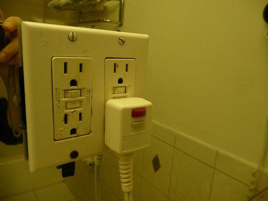 Surf Motel: Prises electriques dans la salle de bain