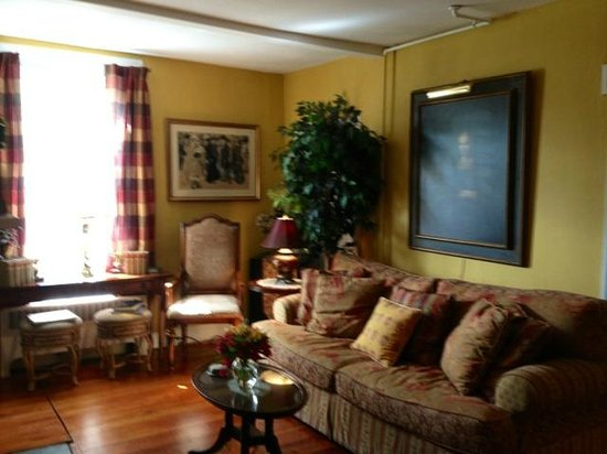 Pineapple Hill Inn Bed & Breakfast : Living Room