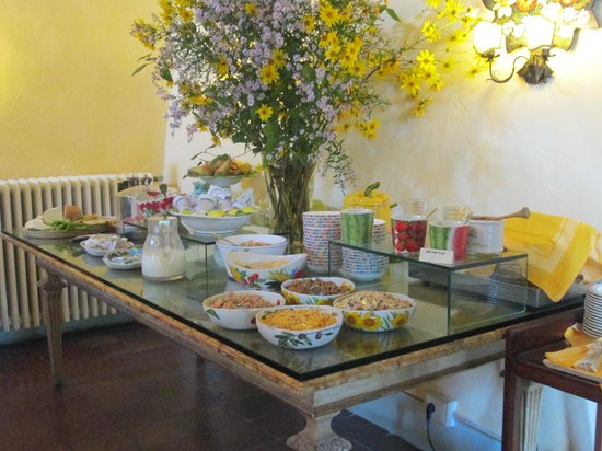 Villa Le Barone: The breakfast buffet offered more than we could eat!