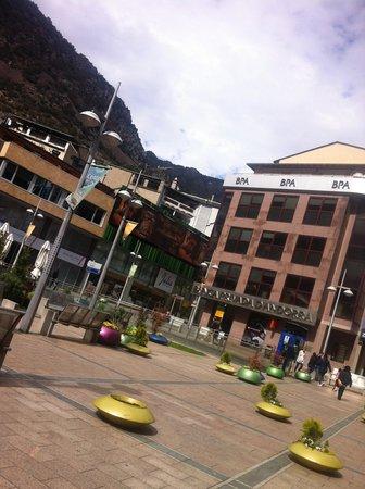 Holiday Inn Andorra : Andorra: un piccolo gioiello moderno incastonato sulla vetta dei Piernei...