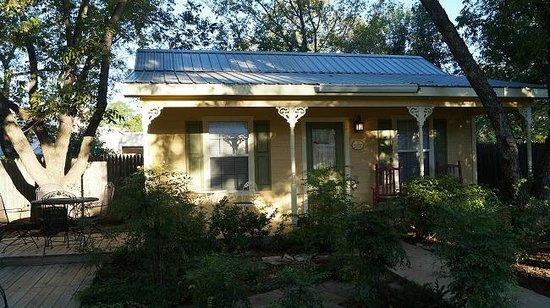 All Seasons Main Street Retreat : Half Penny Cottage, Fredericksburg