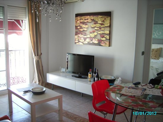 Apartamentos Abril: lounge with street view, bedroom off to the right