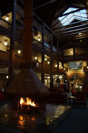 Many Glacier Hotel: Lodge common room was Grand