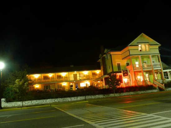 Colonial House Inn: Links der Motel-Teil des Hotels, rechts das Haupthaus (Bed & Breakfast)