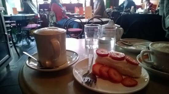 Caffe Reggio: Delicious cheesecake and coffee
