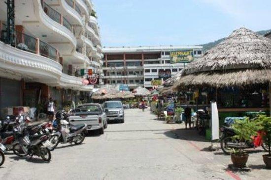 Bel Aire Resort Phuket: Гостиница (слева и прямо)