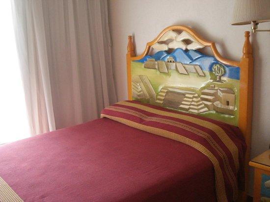Hotel Restaurant Don Cenobio: cama do quarto Monte Alban