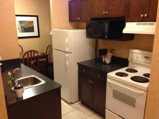 Best Western Plus Suites Downtown: kitchenette