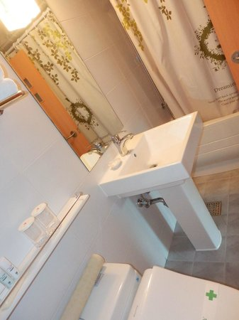 New Kukje Hotel : clean bathroom with nice pina colada smelling soap