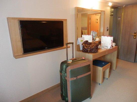 New Kukje Hotel : small desk, but decent room