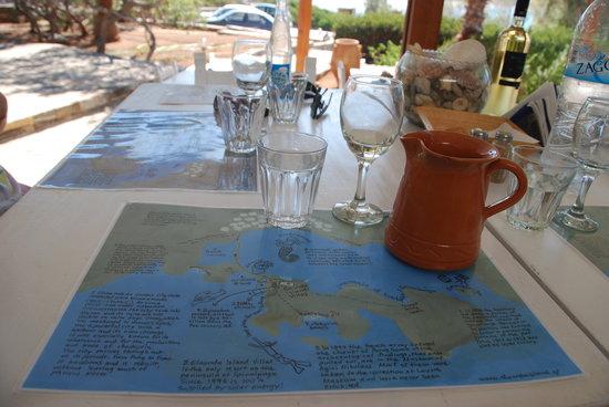 Elounda Island Villas Art Cafe: kunstwerk van Lida als placemat