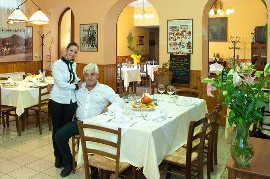Baone, Italie : Toni, il cuoco e la figlia Valentina
