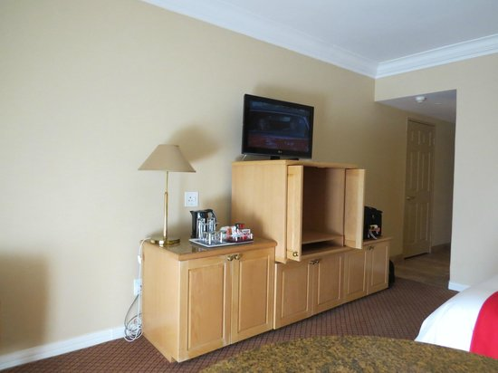 Protea Hotel by Marriott Johannesburg Balalaika Sandton: TV is located too high on the dresser
