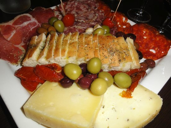 D'vino Wine Bar: Cheese and meat platter