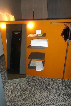Hotel Ripa Roma: Habitación, parte trasera de la cama