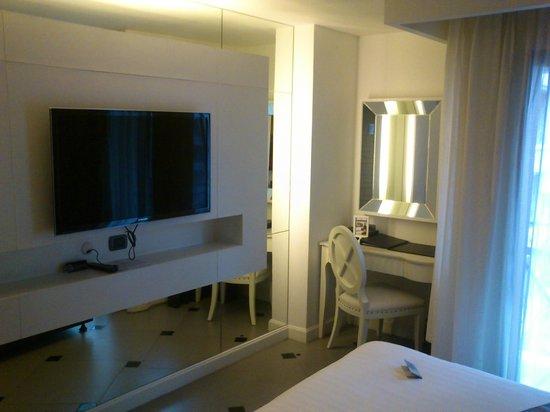 Skyy Hotel: TV