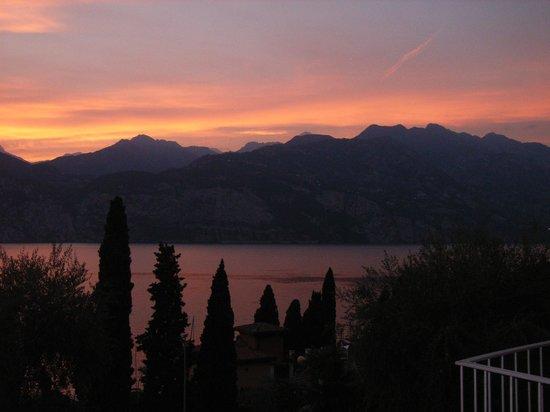 Hotel Capri: Wonderful sunset from room.