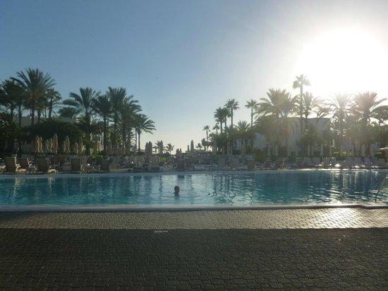 Hotel Riu Palace Meloneras : Main Pool near Sunset