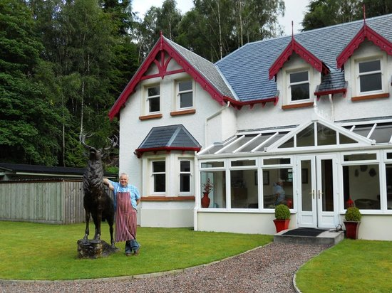 Glen Albyn Lodge Invergarry Bed and Breakfast : Dennis offers a warm welcome.