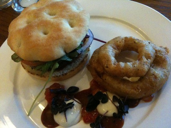 Niki's Kitchen Cafe : Beef burger with onion rings