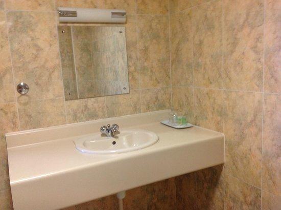 Burntwood Court Hotel : en suite bathroom