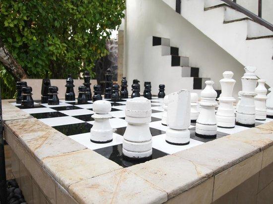 Kuta Lagoon Resort & Pool Villa : giant chess