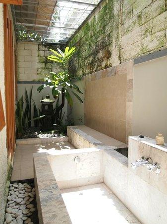 Kuta Lagoon Resort & Pool Villa : outdoor bath, clothes line & lil garden